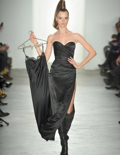 """Uçuk ve eğlenceli tasarımlara imza atan modacı Jeremmy Scott'ın hayatı ve kariyerini konu alan """"Jeremy Scott – The People's Designer"""" isimli belgesel, bu hafta sonu ABD'de vizyona girecek. Belgeselin New York'ta düzenlenen galasına ünlü tasarımcı ve model Stella Maxwell'in kıyafetleri damga vurdu"""