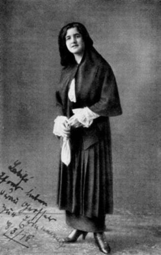Latife Hanım:Türkiye'nin kurucusu ve ilk cumhurbaşkanı Mustafa Kemal Atatürk'ün eşidir. 29 Ocak 1923-5 Ağustos 1925 tarihleri arasında iki buçuk yıl Mustafa Kemal Atatürk ile evli kalmıştır.