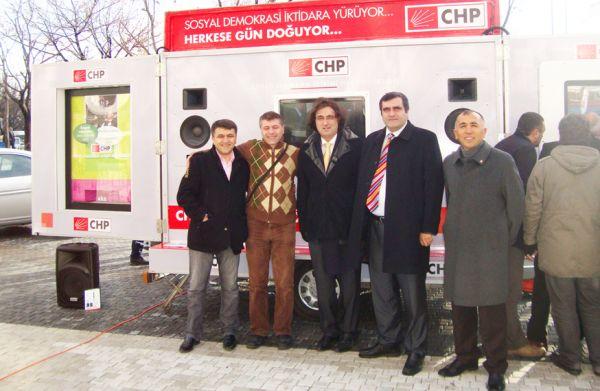 CHP'ye anında üye kartını veren araç bölgemiz iletişim firmalarından Arkadaş Elektronik Sahibi Dursun Karakuş ve Oktay Özdemir'e ait. Bu iki dostumuzu başarılarından dolayı bir kez daha kutluyoruz...