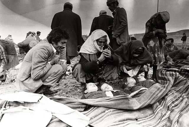 1155 kişinin yaşamını yitirdiği Erzurum Depremi'nde kaybettikleri çocuklarının başında gözyaşı dökenler, 1983. (Rıza Ezer )