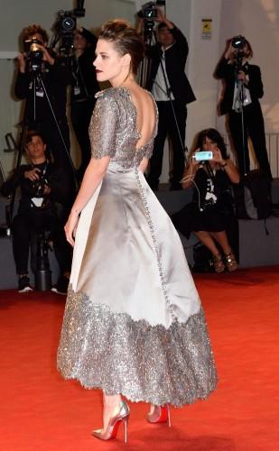 """Alacakaranlık filmindeki """"Bella Swan"""" karakteriyle ünlen Kristen Stewart, kırmızı halıda gri bir elbiseyle boy gösterdi."""