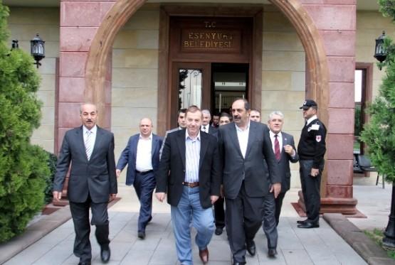 Esenyurt Kurucu Belediye Başkanı Dr. Gürbüz Çapan, Esenyurt Belediyesi'ni ziyaret etti.