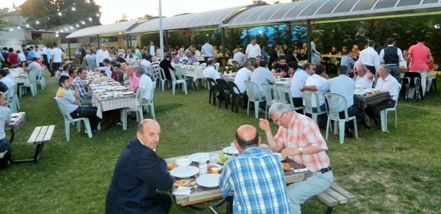 Büyükçekmece AK Parti Belediye Meclis Grup Başkanvekili Recep Erol yurt öğrencilerine iftar yemeği düzenledi.