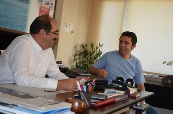 HABERDAR Genel Yayın Yönetmeni Mehmet Mert ile bir süre görüşen Dr. Gürbüz Çapan yerel basının yaşamımızda çok önemli bir yer tuttuğunu kaydetti.