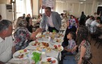 Cem Kara gönüllü aileleri kahvaltıda buluşturdu