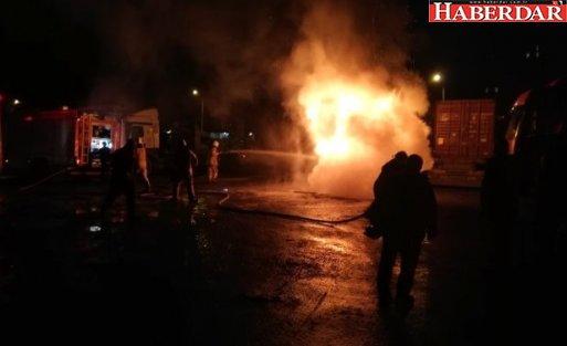 Alev Alev Yanan Tır, Geceyi Aydınlattı