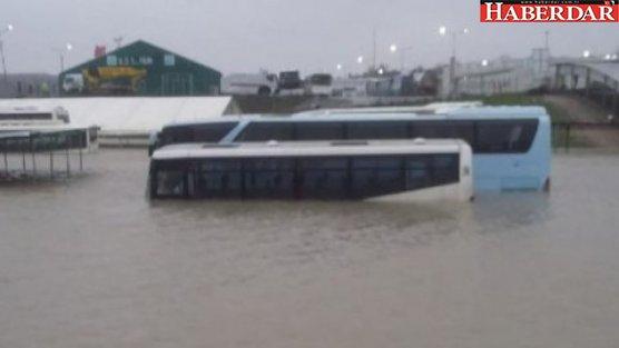 Arnavutköy'de onlarca araç su altında kaldı