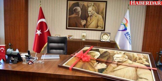 Atatürk tablosu haksız yere indirildi, gururla takılacak