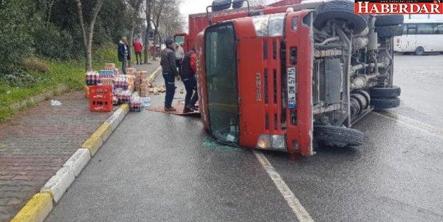 Avcılar'da meşrubat yüklü kamyon devrildi