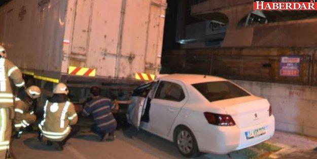 Avcılar'da otomobil park halindeki kamyona arkadan çarptı: 1 yaralı
