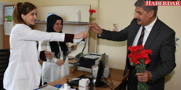 Azmi Ekinci'den sağlık çalışanlarına çiçek