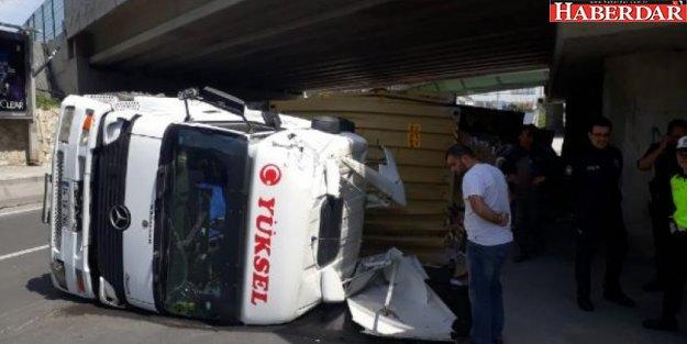 Bakırköy Yeşilyurt'ta tren üst geçidine çarpan TIR yan yattı