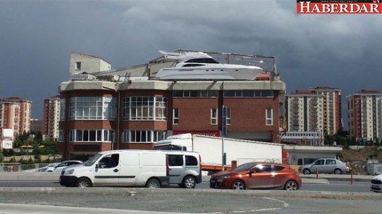 Başakşehir'de şaşırtan görüntü! İş yerinin balkonuna tekne yaptı