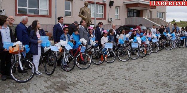 Başkan Akgün, okul birincilerini bisikletle ödüllendirdi