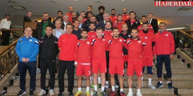 Başkan Cem Kara'dan futbolculara moral ziyareti