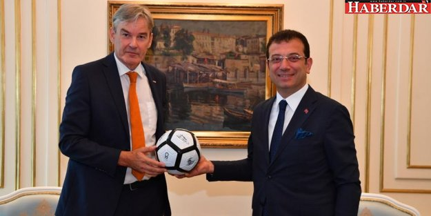 Başkonsolostan hediye futbol topu