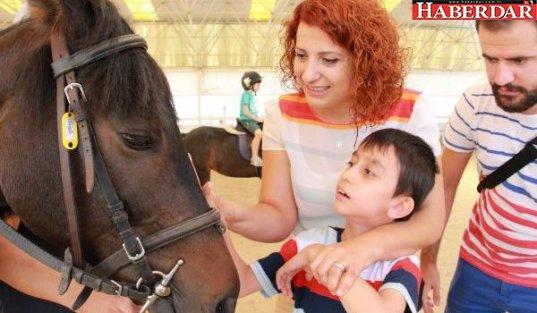 Beylikdüzü'nde engelli çocuklara atla terapi