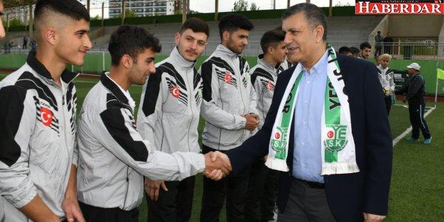 Bozkurt Esenyurtlu futbolcu gençleri şampiyonluğa uğurladı