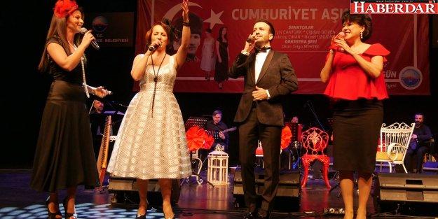 """Büyükçekmece'de şarkılar 'Cumhuriyet Aşkına"""" söylendi"""