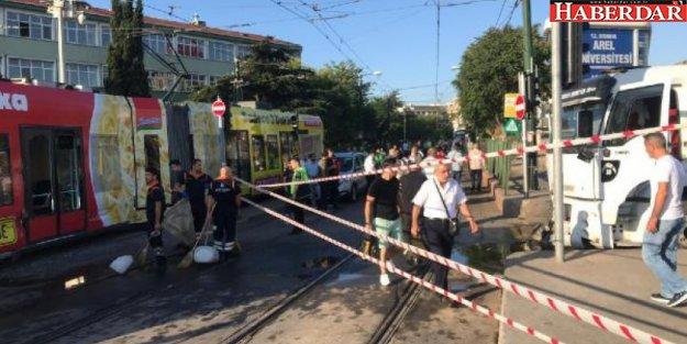 CEVİZLİBAĞ'da su tankeri tramvaya çarptı, seferler durdu