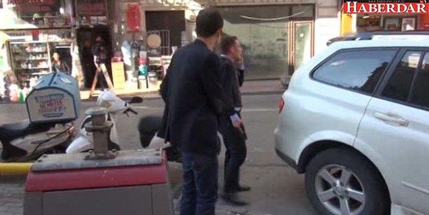 Elinde Silah Bulunan Adam Banka Binasından Para Saçıyor