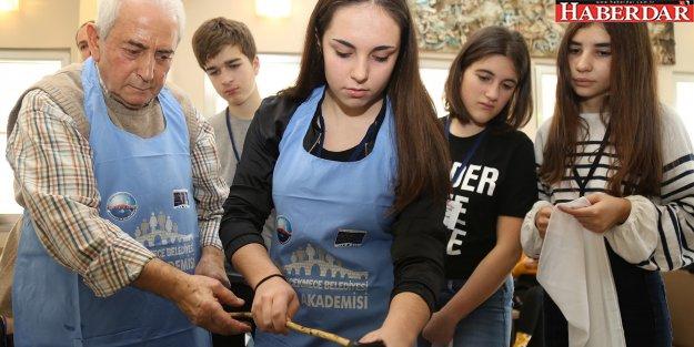 Erasmus kapsamında Büyükçekmece'ye gelen öğrenciler ebru sanatı ile tanıştı