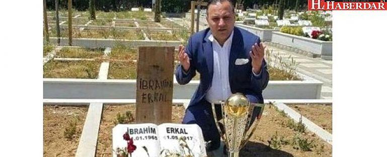 Erzurumspor Başkanı, Şampiyonluk Kupasını İbrahim Erkal'ın Mezarına Götürdü