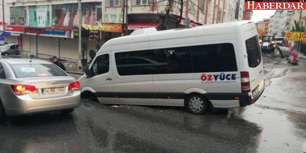Esenyurt'ta yol çöktü, işçi servisindeki 3 kişi yaralandı
