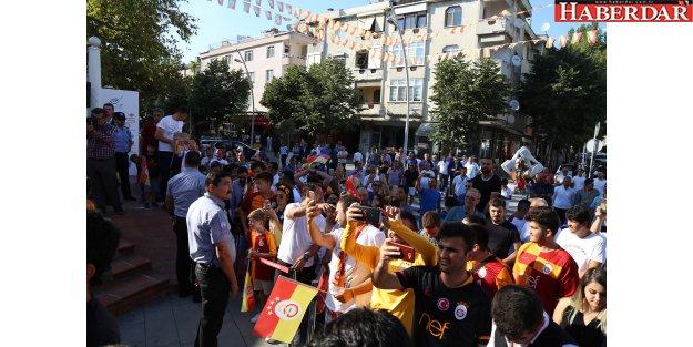 Galatasaray bayrağı bir kez daha Şampiyonlar Anıtı'na çekildi
