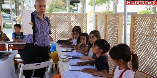 İrfan Ünalan, minik öğrencilerine karikatür çizmeyi öğretti