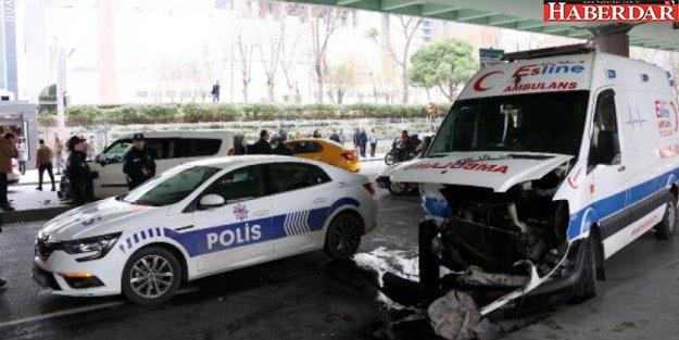 İstanbul'da araç ile ambulans çarpıştı