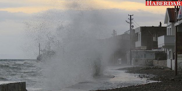 İstanbul'da fırtına günlük hayatı vurdu!