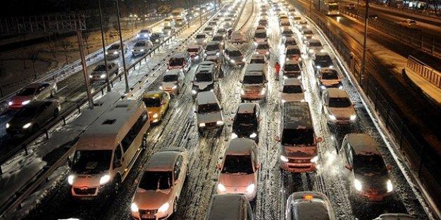 İstanbul'da yağan kar trafiği felç etti