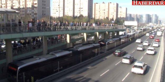 İstanbullular Şaşkına Döndü! Metrelerce Metrobüs Kuyruğu Oluştu