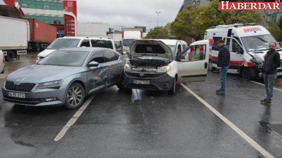 Kavşakta Zincirleme Kaza; 1'i Ambulans 3 Araç Çarpıştı
