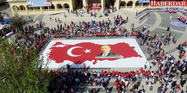 Köy okulu öğrencilerinden ay yıldızlı Türk bayrağı ve Atatürk puzzle'ı
