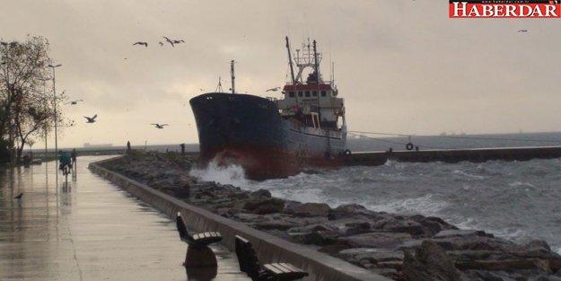 Maltepe'de gemi karaya oturdu