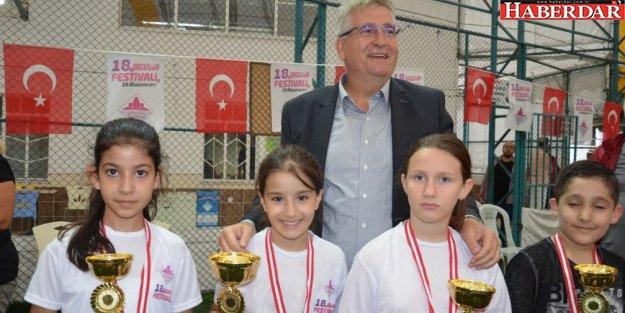 Masa tenisi şampiyonları kupalarını aldı