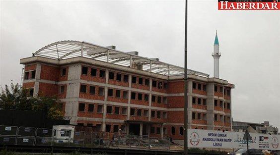 Okulun çatısına minare yaptılar!