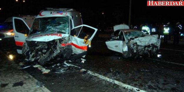 Otomobil ambulansa çarptı: 6 ölü