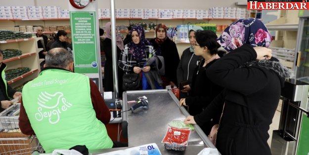 """'Sevgi Eli Market"""" her ay binlerce kişinin yüzünü güldürüyor"""