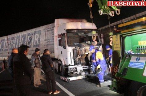 Silivri'de Tır Karşı Şeride Girdi, Yolu Trafiğe Kapattı