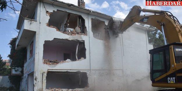 Tehlike arz eden eski sağlık ocağı yıkıldı