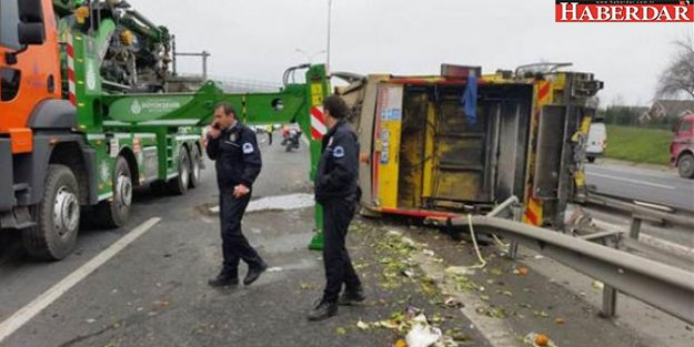 TEM'de çöp kamyonu devrildi
