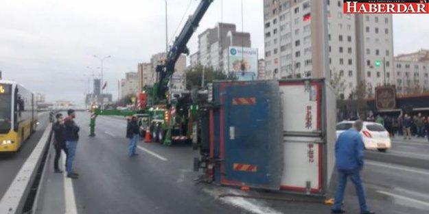 TEM'de kamyon devrildi! Yol kapandı...
