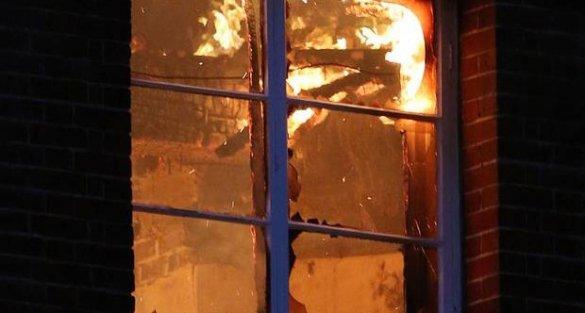 Temizlemekten bıktığı evini yaktı!