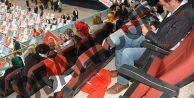 AKP toplantısında bayrak ayaklar altında
