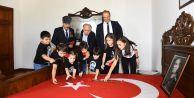 Atatürk#039;ün yatağına karanfiller bırakıldı