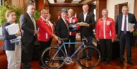 Başkan Akgüne bisiklet hediye ettiler