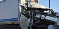 Büyükçekmece#039;de Kamyonla Otobüs Çarpıştı: 2 Yaralı